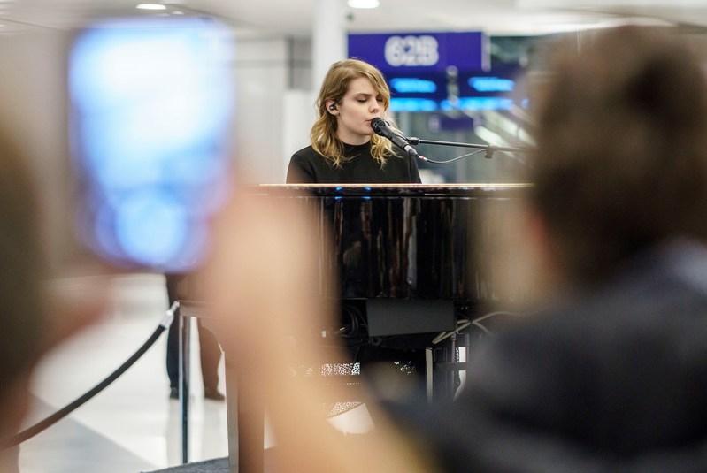 Aéroports de Montréal a offert hier soir une surprise de taille aux passagers de Montréal-Trudeau  : un concert gratuit et intimiste de l'auteure-compositrice-interprète Cœur de pirate. (Groupe CNW/Aéroports de Montréal)
