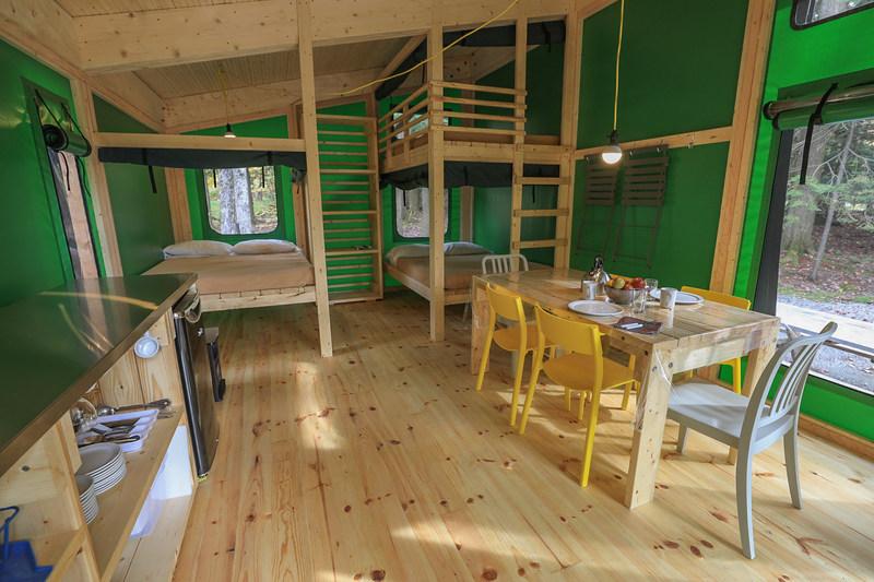 Le prêt-à-camper Étoile offre un espace vivant entièrement repensé, plus aérien, pratique et convivial, qui pourra accueillir jusqu'à six personnes. (Groupe CNW/Société des établissements de plein air du Québec)