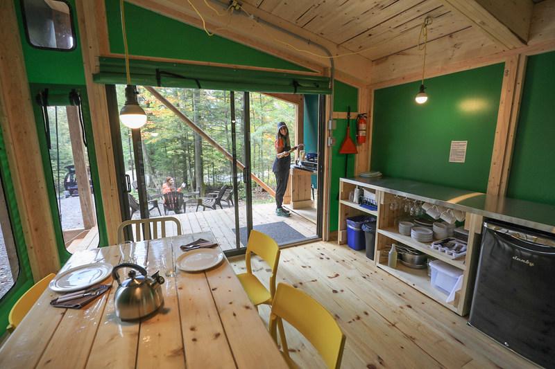 Une porte-patio laisse entrer à l'intérieur toute la lumière naturelle du dehors dans le nouveau prêt-à-camper Étoile. (Groupe CNW/Société des établissements de plein air du Québec)