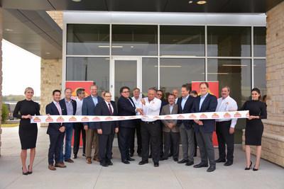 Juan González Moreno, Presidente y Director General de Gruma, acompañado por el Secretario de Estado de Texas, Rolando B. Pablos, corta el listón de inauguración de la nueva planta de Mission Foods en Dallas, Texas.