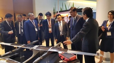 Nur Bekri (third from right side), vice chairman of China's National Development and Reform Commission, and administrator of the National Energy Administration of China visited the Hanergy exhibition booth