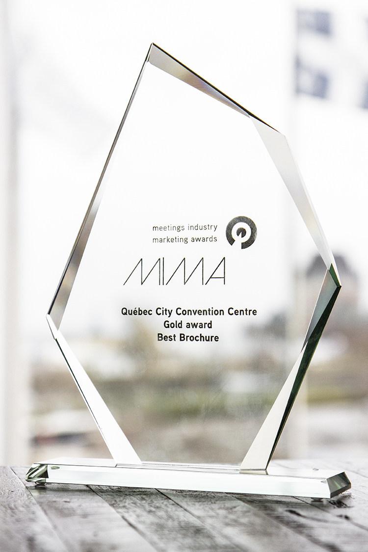 Le magazine du Centre des congrès de Québec remporte le prix Or dans la catégorie « Best Brochure » aux Meeting Industry Marketing Awards (MIMA). (Groupe CNW/Société du Centre des congrès de Québec)