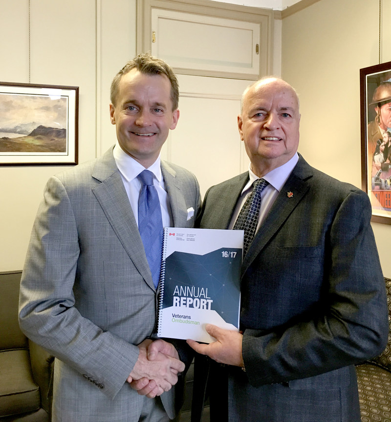 Le ministre des Anciens Combattants et ministre associé de la Défense nationale Seamus O'Regan et Guy Parent, l'ombudsman des vétérans du Canada (Groupe CNW/Ombudsman des vétérans)