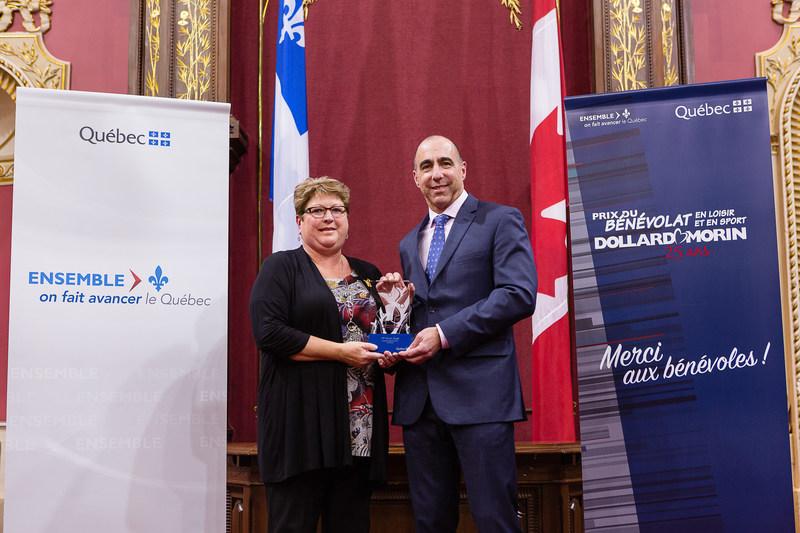 Félicitations à Mme Sandra Jomphe, lauréate de la région de la Côte-Nord (Groupe CNW/Cabinet du ministre de l'Éducation, du Loisir et du Sport)
