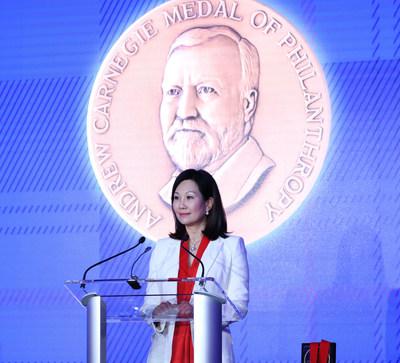 Mei Hing Chak se torna a primeira ganhadora da China continental da Medalha Carnegie de Filantropia (PRNewsfoto/Heungkong Charitable Foundation)