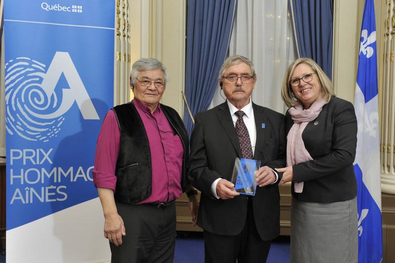 De gauche à droite : M. Benjamin Arreak, conseiller aux aînés du Gouvernement régional Kativik, le lauréat, M. Qalingo Angutigirk, et la ministre, Mme Francine Charbonneau. (Groupe CNW/Cabinet de la ministre responsable des Aînés et de la Lutte contre l'intimidation)