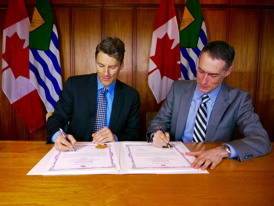 Mayor Gregor Robertson and FortisBC's Roger Dall'Antonia, executive vice president customer service and technology, sign a memorandum of understanding at Vancouver City Hall. (CNW Group/FortisBC)