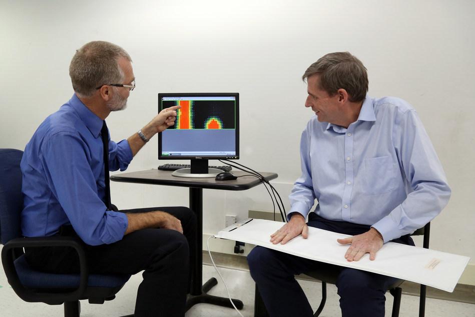 Le Dr Frank Knoefel (à gauche) et M. Bruce Wallace présentent un matelas sensible à la pression conçu pour effectuer le suivi de santé d'une personne âgée pendant qu'elle dort. Il s'agit de l'une des technologies intelligentes dont la mise au point est effectuée dans un nouveau Centre national d'innovation d'AGE-WELL à l'Institut de recherche Bruyère et à l'Université Carleton, à Ottawa, en Ontario. (Groupe CNW/AGE-WELL Network of Centres of Excellence (NCE))