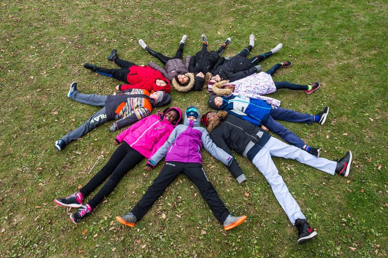 La campagne annuelle #MeilleursVoeux de Tim Hortons est de retour, encourageant les actes de gentillesse quotidiens à l'appui de la Fondation Tim Hortons pour enfants. Aujourd'hui, certaines écoles à travers le pays se sont réunies pour former des flocons de neige plus grands que nature pour célébrer le lancement de cette année! (Groupe CNW/Tim Hortons)