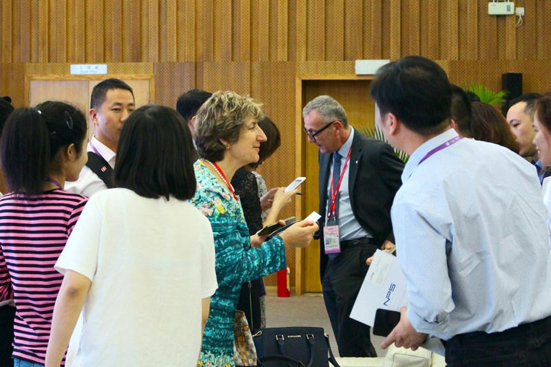 Marie Otaegui, directrice de sourçage Asie du Comité international de la Croix-Rouge, a présenté le processus de sélection des partenaires du CICR à la 122e Foire de Canton. (PRNewsfoto/Canton Fair)