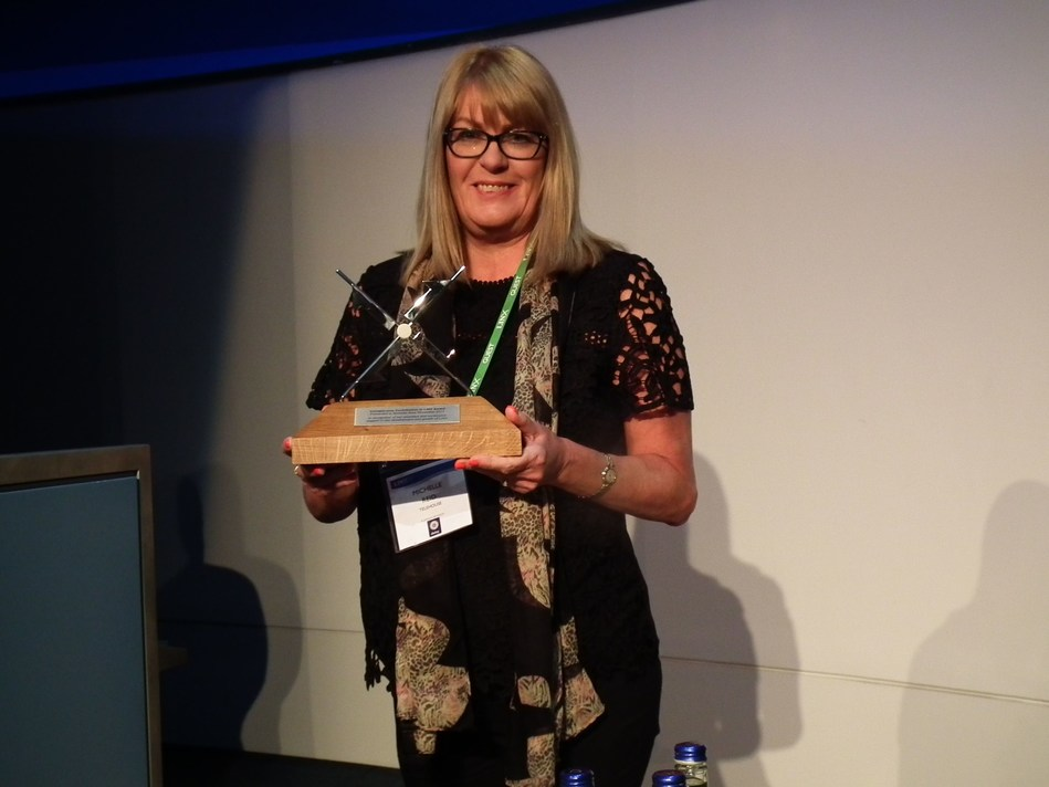 Michelle Reid of Telehouse Receive's LINX Award (PRNewsfoto/Telehouse)
