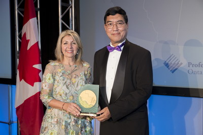 Catherine accepts the Gold Medal Award from Amit Chakma, President, Western University (CNW Group/Morrison Hershfield Limited)