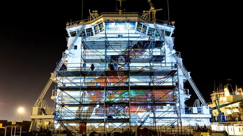 Les artistes urbains à l'œuvre sur le Gardien des eaux peint sur le vraquier CSL St-Laurent. (Groupe CNW/Le Groupe CSL Inc.)
