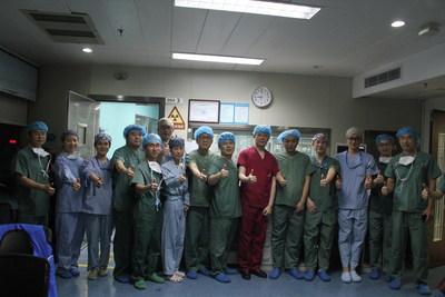 O presidente do Segundo Hospital Afiliado da Escola de Medicina da Universidade de Zhejiang, prof. Wang Jian'an, anunciando que a China concluiu seu primeiro bem-sucedido implante clínico de uma válvula aórtica transcateter recuperável (PRNewsfoto/Venus Medtech (Hangzhou) Inc.)