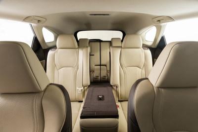 Quienes manejan un Lexus ahora tienen la opción de una tercera fila sin comprometer el elegante estilo y la fácil maniobrabilidad que siempre han apreciado en el RX. El acceso a la tercera fila se facilita al tocar una palanca que se desliza y dobla el segundo asiento hacia adelante. La configuración con disponibilidad para seis incluye asientos tipo capitán en la segunda fila que simplifican entrar y salir de la tercera fila gracias a la comodidad de ?acceso directo? en el RX L.