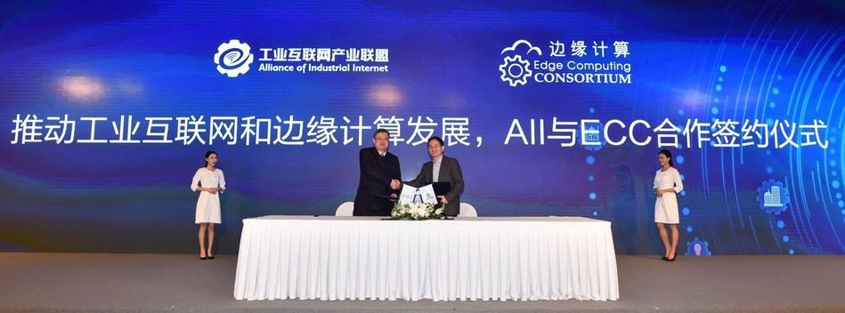 Haibin Yu, Chairman of ECC (Left) and Xiaohui Yu, Secretary-General of AII (Right) sign the strategic cooperation agreement