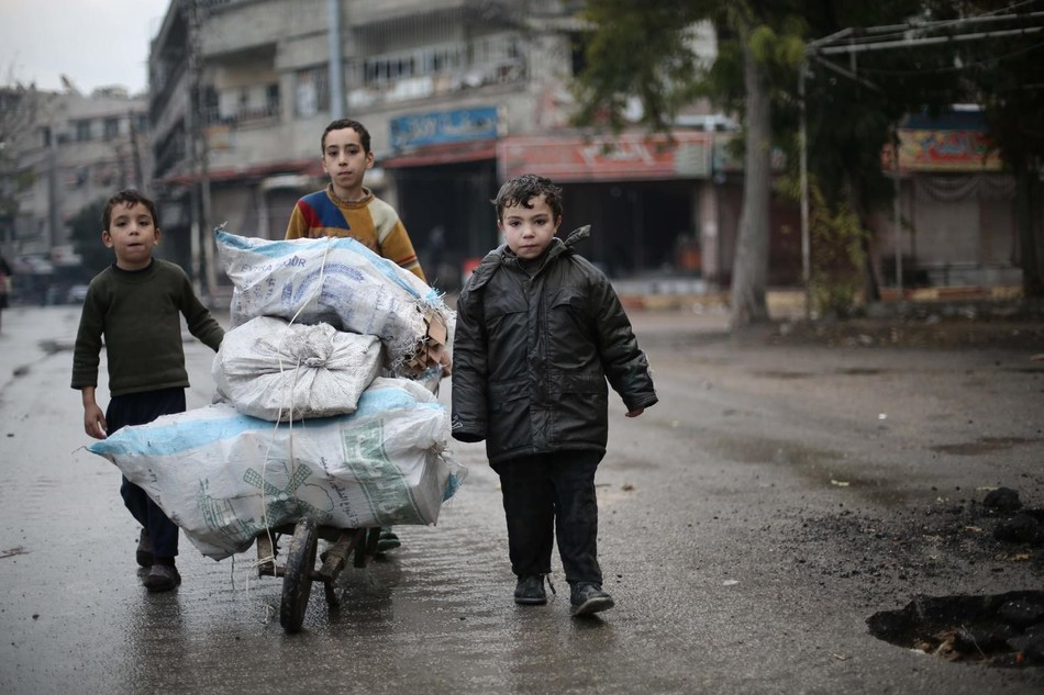 Children in besieged east Ghouta carry firewood back to their family © UNICEF/UN0127391/Al Shami (CNW Group/UNICEF Canada)