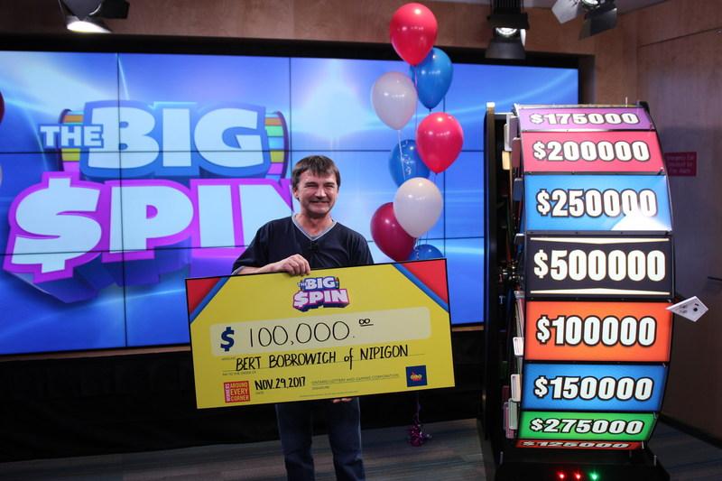 Bert Bobrowich, de Nipigon, célèbre après avoir fait tourner la roue THE BIG SPIN au Centre des prix OLG à Toronto et gagné 100 000 $. M. Bobrowich a remporté un gros lot au tout nouveau jeu INSTANT d'OLG, THE BIG SPIN. (Groupe CNW/OLG Winners)