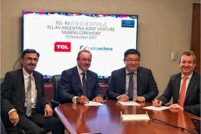 El Sr. Michael Wang, director de Finanzas y director ejecutivo de TCL Multimedia (segundo a la derecha) y la gerencia jerárquica de RV participaron de la ceremonia de constitución de la empresa conjunta (PRNewsfoto/TCL Multimedia Technology)