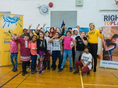 La joueuse canadienne de hockey sur glace et six fois olympienne, Hayley Wickenheiser, se joint aux représentants de la Financière Sun Life et de Right to Play, ainsi qu'aux aînés de la First Nations School of Toronto pour l'annonce de l'engagement renouvelé envers l'organisme Right to Play dans le cadre de son programme Play for Prevention (jouer pour prévenir). (Groupe CNW/Financière Sun Life inc.)