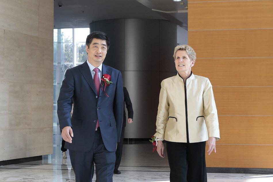 Ken Hu, Huawei Deputy Chairman and Co-CEO Huawei Technologies with Premier Kathleen Wynne at Huawei Campus in Shenzhen (CNW Group/Huawei Canada)