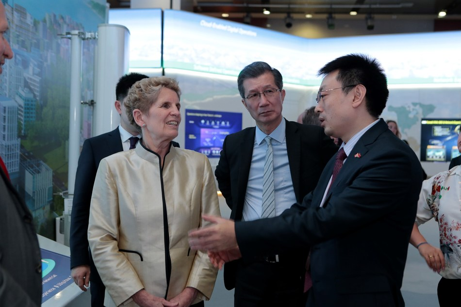 Premier Kathleen Wynne, Michael Chan, Minister of International Trade and Sean Yang, past President Huawei Canada and head of Global Security Protection Office for Huawei (CNW Group/Huawei Canada)