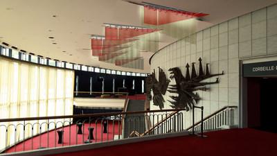 L''artiste Federico Carbajal a remporté le concours d'œ'oeuvre d''art éphémère pour l''habillage temporaire des appareils d''éclairage aux plafonds des foyers de la Salle Wilfrid-Pelletier de la Place des Arts. Son oeœuvre, FICTION OPALESCENTE, sera exposée du 30 avril 2018 au 27 avril 2020. (Groupe CNW/Place des Arts)