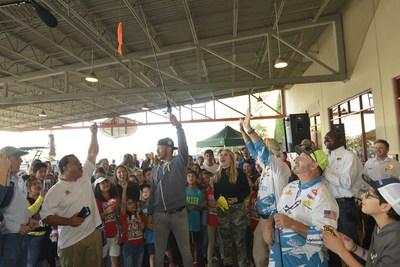Carlos Correa, campocorto de los Astros de Houston y campeón de la Serie Mundial de 2017, y su prometida, Daniella Rodríguez, en alianza con Vamos A Pescar, celebran su #FirstCatch en taller sobre pesca en Katy, TX. (Crédito: Anthony Rathbun, AP Newswire)