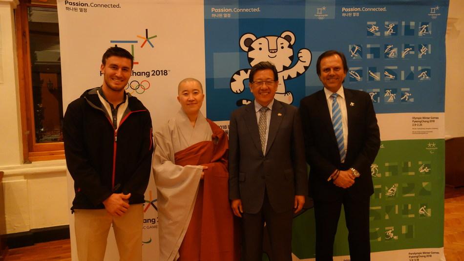 De izquierda a derecha: Robby Franco, miembro del equipo mexicano de esquí; el venerable Hyungmin; Jeon Bi-ho, el embajador coreano en México; y Carlos Pruneda, jefe del equipo olímpico mexicano (foto proporcionada por el Cuerpo Cultural del Budismo Coreano)