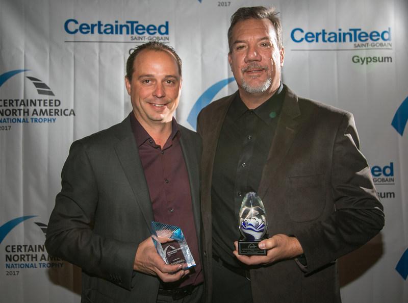 Gagnants du Trophée CertainTeed Gypse Canada: (De gauche à droite) Adam DeWitt et Doug Smith de Smith Brothers Corp.