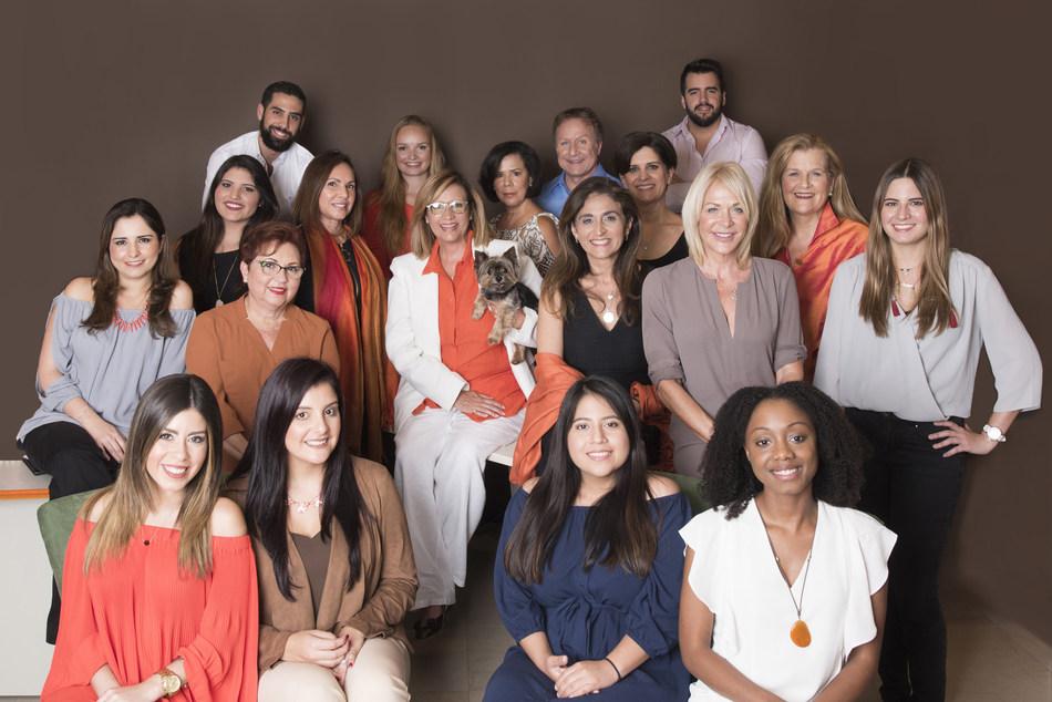 El equipo de marketing de L2L (PRNewsfoto/Latin2Latin Marketing + Communi)