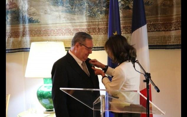 Son Excellence Kareen Rispal, ambassadrice de France au Canada, a nommé M. Guy Berthiaume au grade d'Officier de l'Ordre des Arts et des Lettres de la République française, à l'occasion d'une cérémonie tenue à Ottawa. (Groupe CNW/Bibliothèque et  Archives Canada)