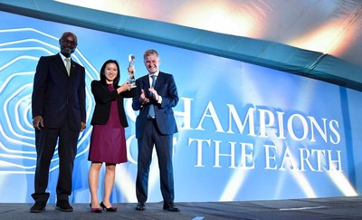 Mobike Founder and President Hu Weiwei (center) with Deputy Executive Director of UN Environment - Ibrahim Thiaw (left) and Executive Director of UN Environment, Under Secretary General of UN - Erik Solheim (Right)