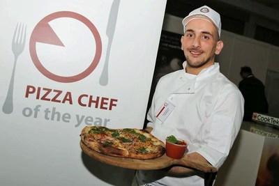 Daniele Boccardi – holding the Zerodegrees Scotch Bonnet Pizza (PRNewsfoto/Zerodegrees)