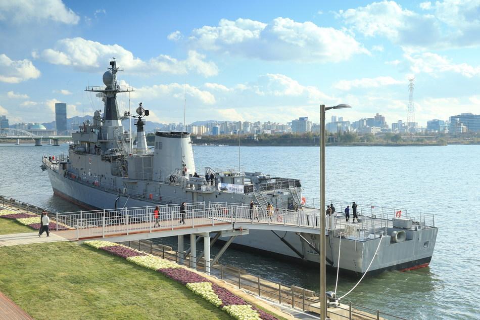 El Seoul Battleship Park se inauguró en noviembre de 2017 a orillas del río Han.