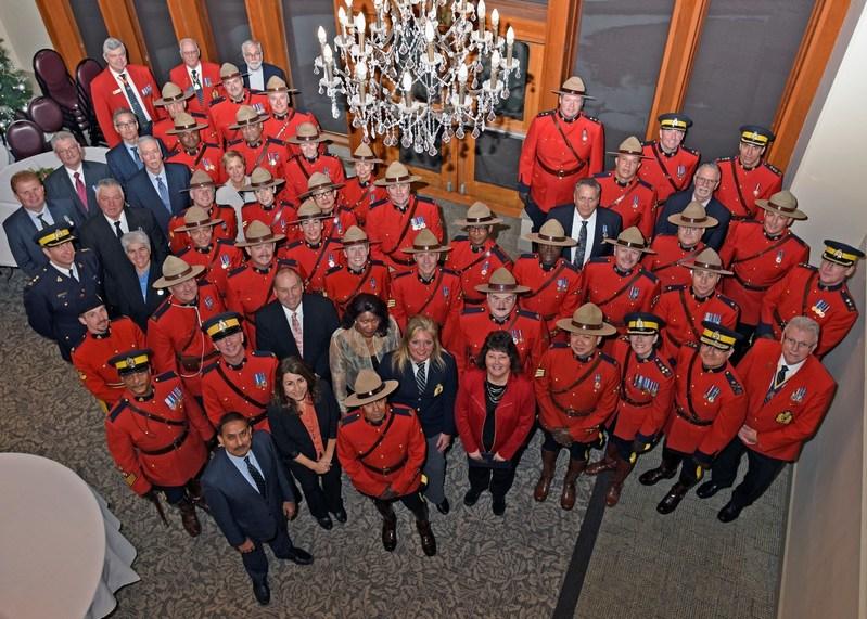 En reconnaissance de toutes les actions qui constituent une longue carrière de service exemplaire et de bonne conduite, des décorations d'ancienneté de la GRC ont été remises à 61 récipiendaires à Newmarket, en Ontario (Groupe CNW/Gendarmerie royale du Canada)