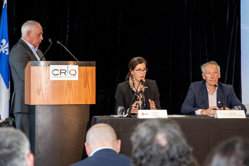 Dans l'ordre habituel: Denis Hardy, PDG du CRIQ, Sophie D'Amours, rectrice de l'Université Laval et coprésidente de l'événement, Jacques Topping, président du conseil d'administration de la Chambre de commerce et d'industrie de Québec et coprésident de l'événement. (Groupe CNW/Coalition FORCE 4.0)