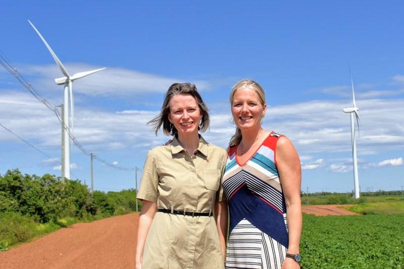 L'ambassadrice du Canada pour les changements climatiques, Jennifer MacIntyre, et la ministre de l'Environment et du Changement climatique, Catherine McKenna, posant devant des éoliennes. (Groupe CNW/Environnement et Changement climatique Canada)