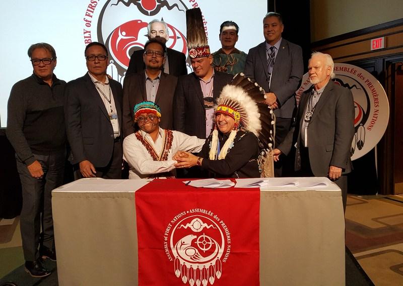 Perry Bellegarde, Chef national de l'APN (à droite) et Domingo Paes de l'Équateur (à gauche) ont signé un protocole afin de tenir Chevron responsable de dommages causés à l'environnement en Équateur lors de l'Assemblée extraordinaire des Chefs de l'APN à Ottawa, Ontario. (Groupe CNW/Assemblée des Premières Nations)