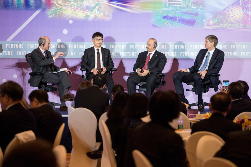 """Chairman & CEO of Midea Group, Paul Fang, discussing """"Openness and Innovation: Shaping the Global Economy"""" with representatives from Fortune 500 Companies over Midea's breakfast meeting during Fortune Forum"""
