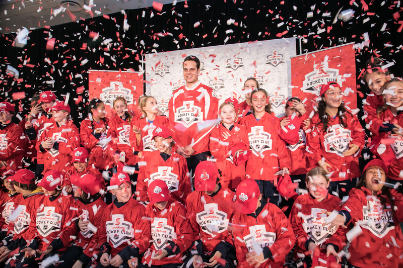 Auston Matthews celebrates being drafted as a Scotiabank Teammate alongside two Scotiabank sponsored kids' community hockey teams – the Toronto Titans AAA Peewee team and the Etobicoke Dolphins AA Peewee team. This year Scoiabank reached the important milestone of supporting one million kids … and counting through community hockey programs. (Credit: Joel Nadel – Event Imaging) (CNW Group/Scotiabank)