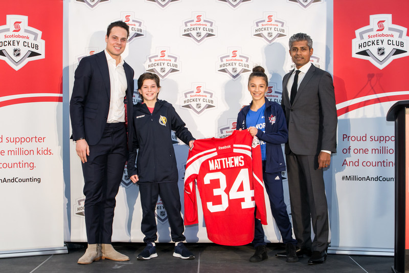 Scotiabank drafts Auston Matthews of the Toronto Maple Leafs as its Newest Teammate (L-R: Auston Matthews, Ethan Simpson of the Toronto Titans AAA Peewee team, Samantha Ross of the Etobicoke Dolphins Peewee AA team, Clinton Braganza, Senior Vice President of Canadian Banking Marketing, Scotiabank) (Credit: Joel Nadel – Event Imaging) (CNW Group/Scotiabank)