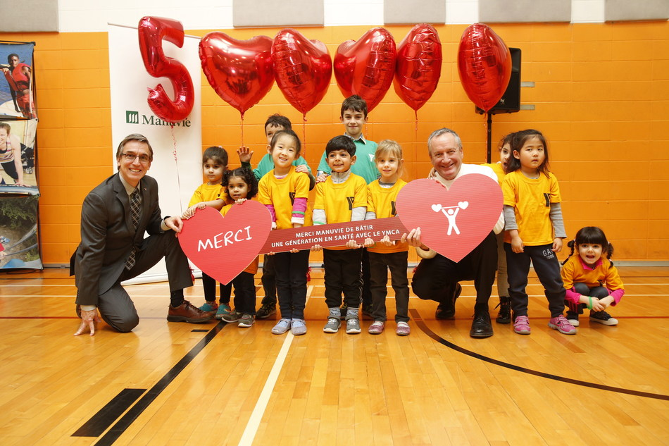 From left to right: Mr. Stéphane Vaillancourt, President and CEO of the YMCAs of Québec, Mr. Richard Payette, President and CEO, Manulife Quebec, surrounded by YMCA children. (CNW Group/YMCA)