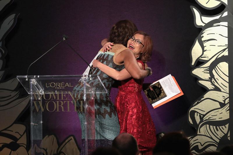 CIUDAD DE NUEVA YORK, Nueva York, 6 de diciembre:  La homenajeada Shandra Woworuntu habla en el escenario durante la celebración de Women of Worth de 2017 de L'Oreal Paris el 6 de diciembre de 2017 en la Ciudad de Nueva York (foto por Cindy Ord/Getty Images para L'Oreal) (PRNewsfoto/L'Oréal Paris)