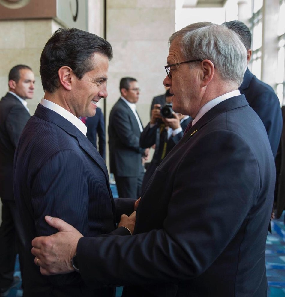 Agriculture Minister Lawrence MacAulay with Mexican President Enrique Peña Nieto (CNW Group/Agriculture and Agri-Food Canada)