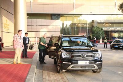 Les invités au forum prennent place dans le VUS GS8 de GAC Motor (PRNewsfoto/GAC Motor)