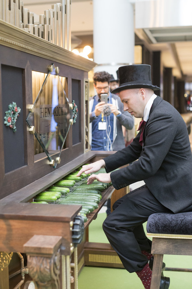 The Hendrick's® Gin C.O.R.G.A.N. featured some of Toronto's most highly decorated organists performing an array of holiday tunes for consumers at The Toronto Eaton Centre. (CNW Group/Peter Mielzynski Agencies Ltd.)