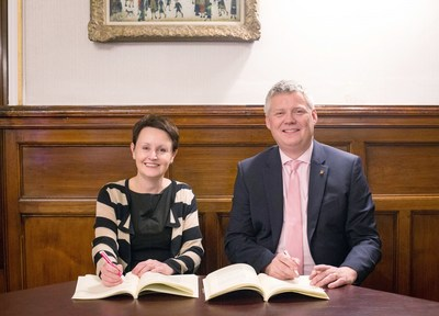 Steve Thorn of CGI and Annemarie O''Donnell of Glasgow City Council signing contract (CNW Group/CGI Group Inc.)