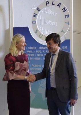 La ministre de l'Environnement et du Changement climatique, Catherine McKenna, et le ministre français de la Transition écologique et solidaire, Nicolas Hulot, se sont réunis lors des négociations au Sommet One Planet, à Paris, le 12 décembre. (Groupe CNW/Environnement et Changement climatique Canada)