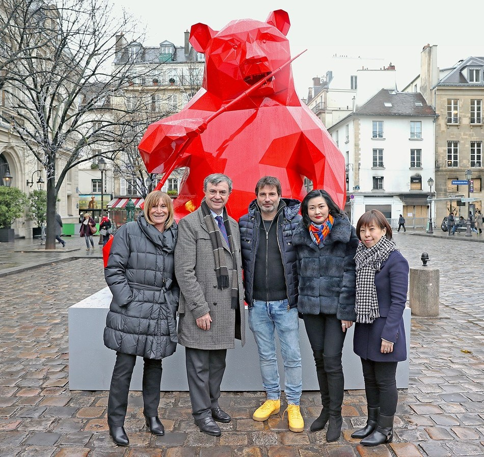 Ms. Monique Mouroux, General Secretary of the Saint-Germain-des-Pres Committee; Mr. Jean-Pierre Lecoq, Mayor of the 6th Arrondissement of Paris; artist Richard Orlinski; Ms. Christina Hau, General Manager of Operations, Wharf China Estates Limited; Ms. Winnie Wong, Deputy General Manager of Branding and Marketing of Chengdu IFS at the Panda art work unveiling ceremony.